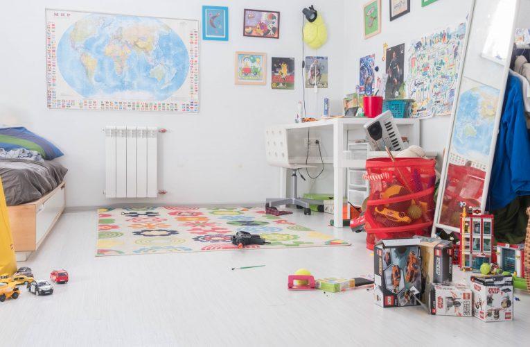 Indret børneværelset med en masse citatplakater og sjove plakater
