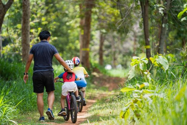 børn med cykelhjelm